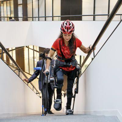 Sveitsiläinen vammaisurheilija Silke Pan testaa Lausannelaisen robotiikkalaboratorion kehittämää Twiice One -tukirankaa portaissa.