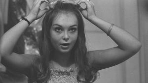 Kristina Hautala rättar till frisyren 1970