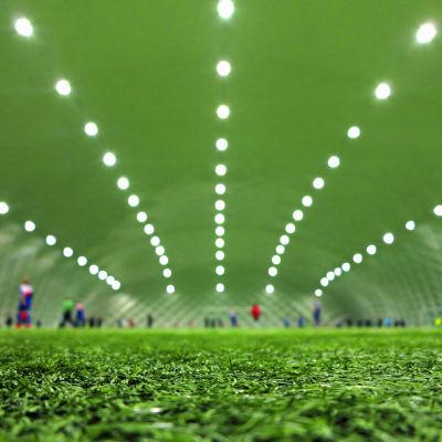 Fotbollsjuniorer på konstgräsplan.