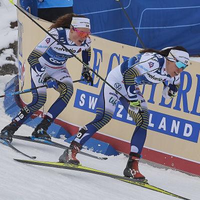 Charlotte Kalla åker i en nedförsbacken med Moa Lundgren hack i häl.