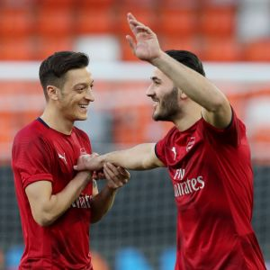 Mesut Özil och Sead Kolasinac värmer upp.