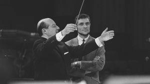 Eurovision laulukilpailu 1965 Napolissa. Kapellimestari George de Godzinsky harjoittaa orkesteria, takana Suomea edustava laulusolisti Viktor Klimenko.