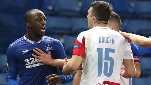 Rangers Glen Kamara och Slavia Prahas Ondrej Kudela i luven på varandra.