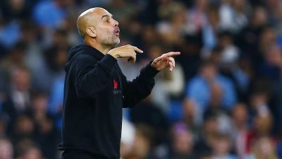 Pep Guardiola gestikulerar under Manchester Citys match.