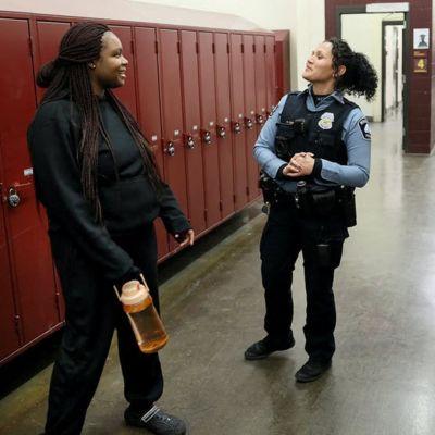 Darnella Frazier seisoo lukionsa käytävällä viranomaisen seurassa.