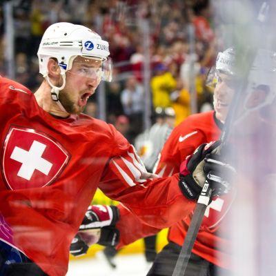 Sveitsin Tristan Scherwey juhlii maaliaan MM-välierässä