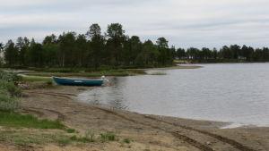 moottorivene järven hiekkarannalla
