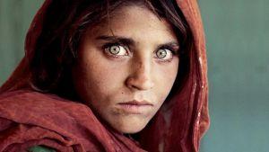nuori nainen vihreine silmineen