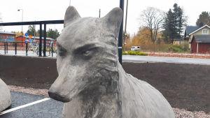 Närbild på en staty av en varg.