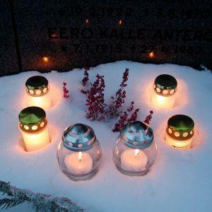 Kynttilöitä haudalla jouluna 2001.