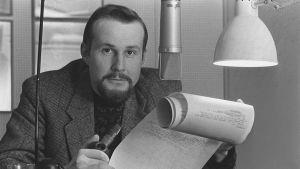 Radiotoimittaja Raimo Häyrinen studiossa (1970-luku).