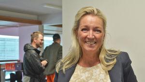 En blond medelålders kvinna står inomhus och ler mot kameran.