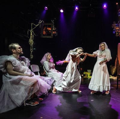 Foto från Dagarnas skum på Svenska Teatern.
