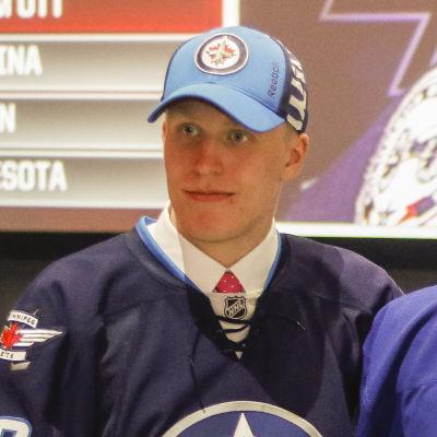 På midsommarhelgen ropade Winnipeg Jets upp Patrik Laines namn. I mitten Auston Matthews och till höger Pierre-Luc Dubois.