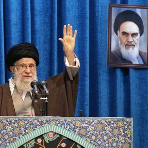 Ayatolla Ali Khamenei höll sin fredagspredikan med ett porträtt på med ett porträtt på ayatolla Khomenei - den iranska revolutionens ledare - i bakgrunden.