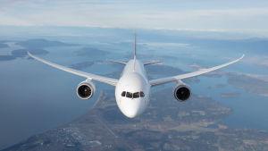 Qantasin Boeing 787 -lentokone ilmassa edestäpäin kuvattuna.