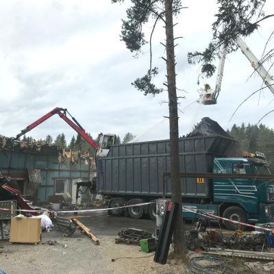 Rivningsarbete pågår vid en brand i Ytteresse.