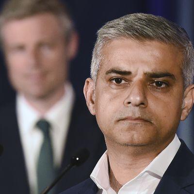 Työväenpuolueen Sadiq Khan on Lontoon uusi pormestari. Kuvassa takana kilpakumppani konservatiivien Zac Goldsmith. Khan voitti Goldsmithin torstaina järjestetyissä vaaleissa selvin äänin.