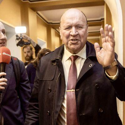 Den estniska toppolitikern Mart Helme flyr från journalisterna i samband med en regeringskris hans uttalanden har lett till.
