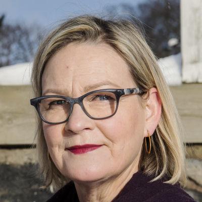 Eva Biaudet kuvattiin Ullanlinnassa Kaivopuiston rannassa.
