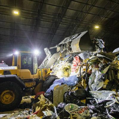 Kauhakuormaaja työstää jätekasaa