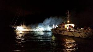 Segelbåt brinner i Houtskär