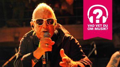 Eric Burdon har solglasögon och sjunger i en mikrofon som han håller i handen.