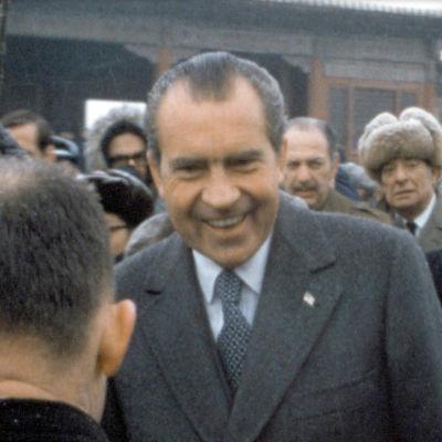 Nixon Kiinassa 1972. Kuva kaitafilmeistä kootusta dokumettielokuvasta Meidän Nixonimme (Our Nixon), ohjaus Penny Lane.