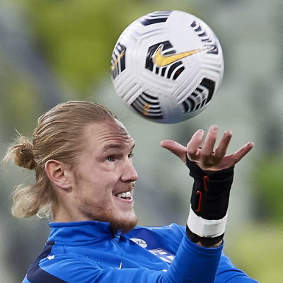Fredrik Jensen nickar en boll.