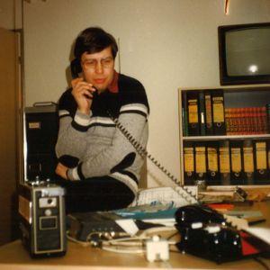En man talar i telefon. Mannen heter Tomy Karlsson.