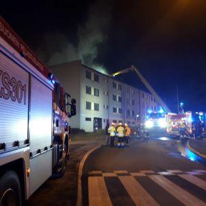 Sammutustyöt olivat illalla käynnissä Äänekosken Suolahdessa.