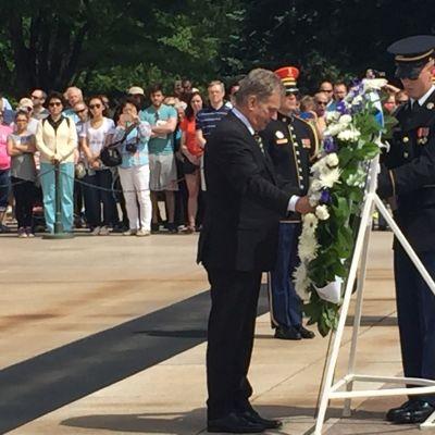 Presidentti Niinistö laski seppeleen Tuntemattoman sotilaan haudalle Arlingtonin hautausmaalla Washingtonissa.