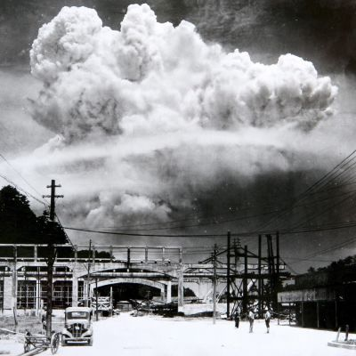 Yhdysvaltain Nagasakiin 9.8.1945 pudottaman ydinpommin aiheuttama sienipilvi.