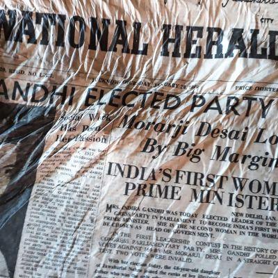 Hyväkuntoisen The National Heraldin etusivulla kerrotaan Indira Gandhin vaalivoitosta vuonna 1966.