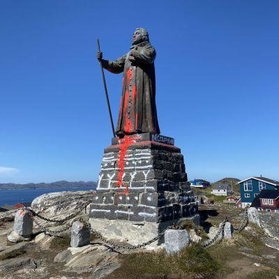 Mielipiteitä jakavan Hans Egeden patsas töhrittiin punaisella maalilla kesäkuussa Nuukissa.