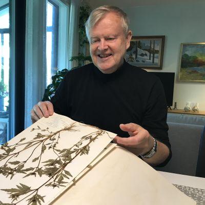 Kalervo Koivisto esittelee kasviotaan.
