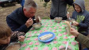 Folk äter soppa