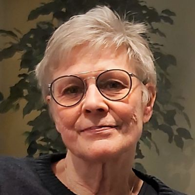 Närbild på medelålders kvinna med grått hår.