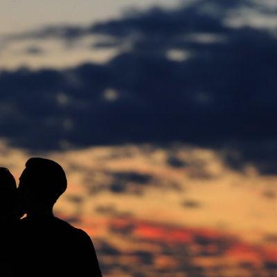 Par i solnedgång.