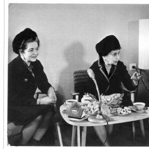 Sylvi Kekkonen i mitten. På hennes högra sida magister Aili Palmén. Till höger om Sylvi Kekkonen sitter kommunisaktivisten Olga Lauristin, mor till självständighetsaktivisten Marju Lauristin