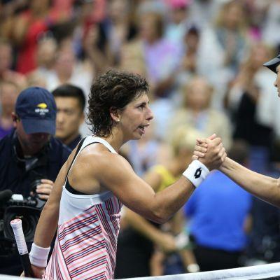 Maria Sharapova ja Carla Suarez Navarro kättelevät verkolla.