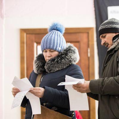 Äänestäjät tutkivat vaalilistoja Chisinaussa Moldovassa sunnuntaina.