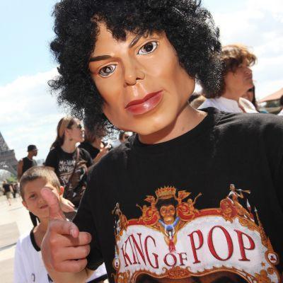 Michael Jacksonin faneja Pariisissa.
