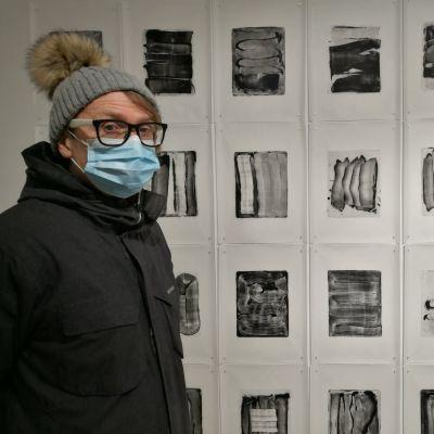 Jimi Tenor kasvomaski kasvoilaan grafiikkanäyttelyssä