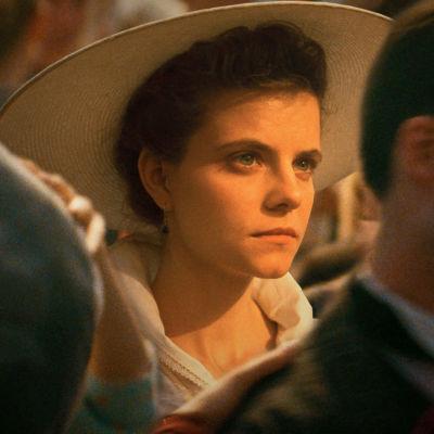 Närbild på Irisz Leiter (Juli Jakab) i solnedgången.