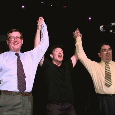 Bono, sångare i U2 tillsammans med John Hume och David Trimble på scenen under en konsert för fira fredsavtalet 1998.