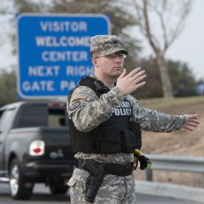 Militärpolis dirigerar trafiken efter dödsskjutningar på armébasen Fort Hood i USA.