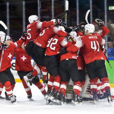 Sveitsin jääkiekkomaajoukkue juhlii välierävoittoa Kanadasta isossa rykelmässä MM-kisoissa 2018.