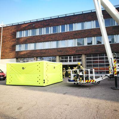 Pelastuslaitoksen hyppytyyny on kooltaan noin viisi kertaa viisi metriä.