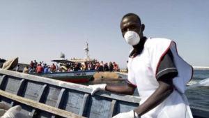 En frivillig från tanzaniska Röda korset i närheten av ön Ukerewe, i Victoriasjön, där olyckan inträffade.